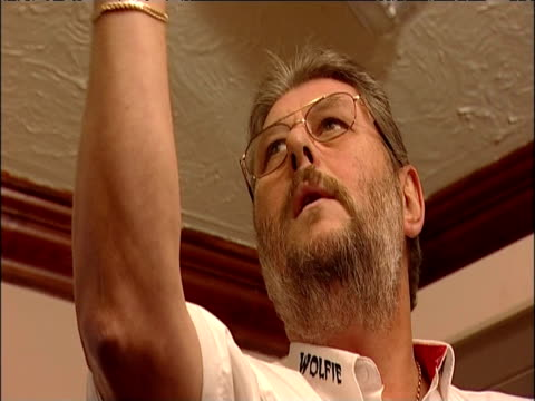 reigning bdo world champion martin adams practises playing darts with his local pub team - ダーツバー点の映像素材/bロール