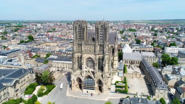 vidéos et rushes de reims, aerial view of notre-dame de reims cathedral - cathédrale