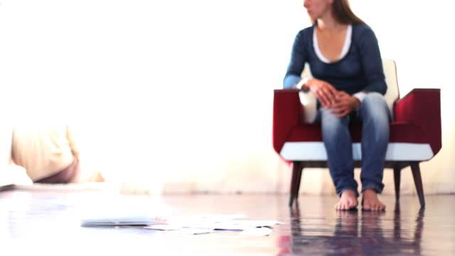 stockvideo's en b-roll-footage met relationship difficulties couple seperated over bills - echtscheiding