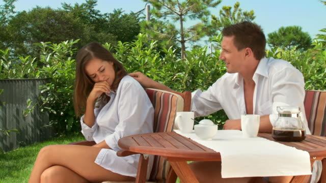 vídeos de stock e filmes b-roll de carrinho de hd: problemas de relações - chaleira de chá