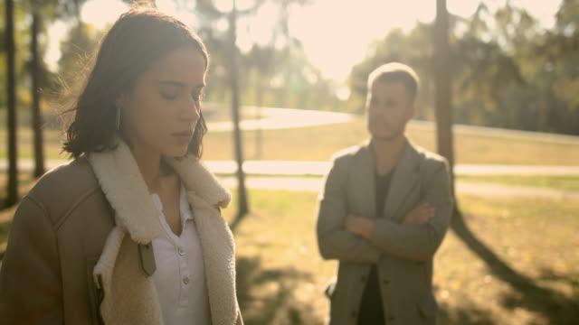 vídeos de stock, filmes e b-roll de problemas de relacionamento, o jovem casal, o parque outono - silêncio
