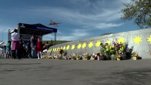 relatives and loved ones of victims of brazil's tam airlines flight jj3054 crash which killed 199 people and was one of the deadliest in brazilian... - tam bildbanksvideor och videomaterial från bakom kulisserna
