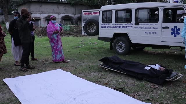 relatives and municipal workers prepare to bury the body of a person, who died of the covid-19 coronavirus disease, at a burial ground on may 03,... - indian politics stock videos & royalty-free footage