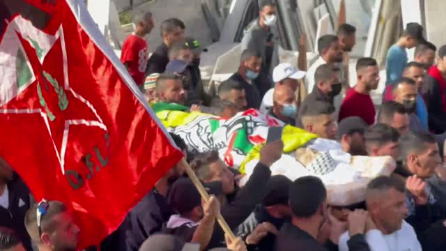 relatives carry a dead body of palestinian 42-year-old osama siddiq mansour, who was killed by israeli forces in northern jerusalem, during his... - dead stock videos & royalty-free footage