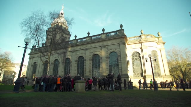 vídeos de stock e filmes b-roll de relatives of the victims of th 1974 birmingham pub bombings gather at memorial at st philip's cathedral ahead of the inquest - 1974