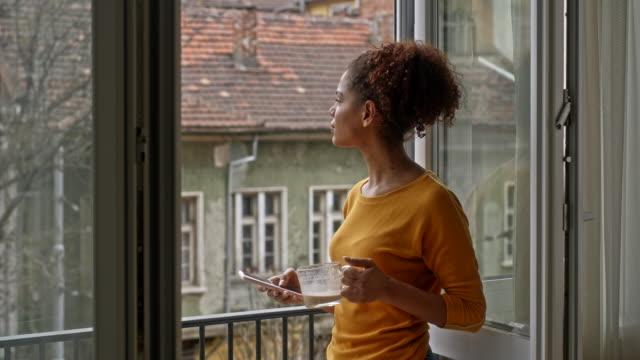 entspannen auf dem balkon - balkon stock-videos und b-roll-filmmaterial