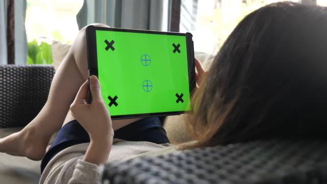 stockvideo's en b-roll-footage met ontspannen thuis internet green screen monitor ipad - tablet pc