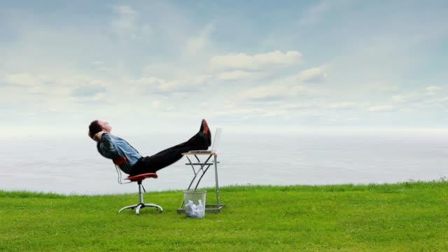 vídeos de stock e filmes b-roll de relaxe negócios céu - cadeira
