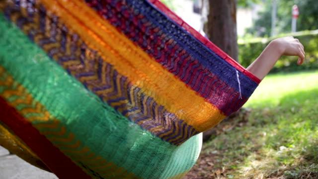 koppla av i gungande hängmatta i trädgården - hängmatta sol bildbanksvideor och videomaterial från bakom kulisserna