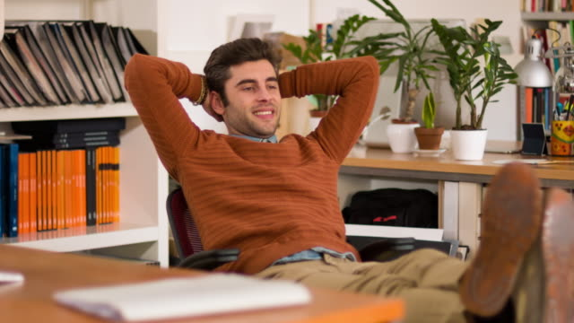 stockvideo's en b-roll-footage met ontspan in het kantoor - anticipation