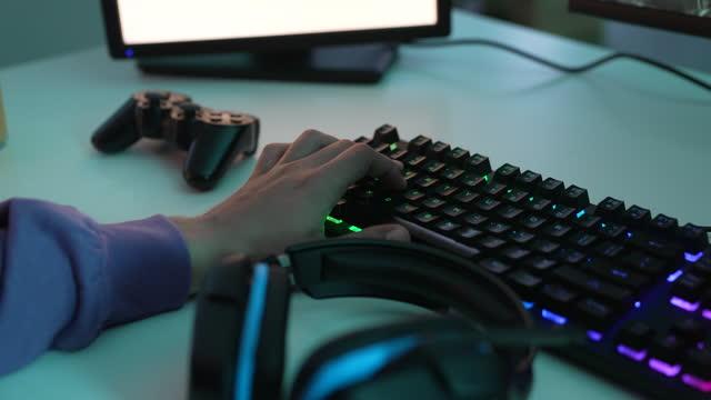 vídeos de stock, filmes e b-roll de relaxe com videogames - braço humano