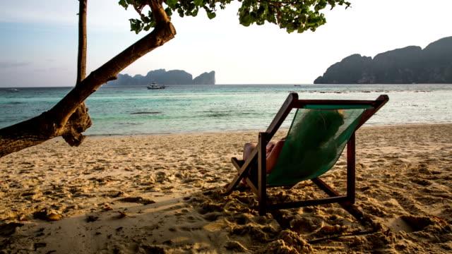 vídeos y material grabado en eventos de stock de relajación en la playa - tumbona