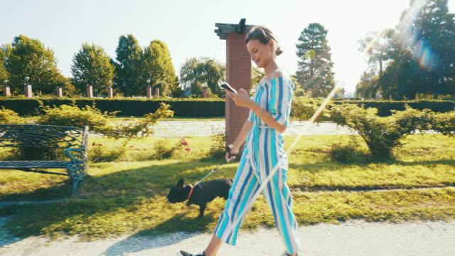 vídeos y material grabado en eventos de stock de tiempo de relajación. - mujeres jóvenes