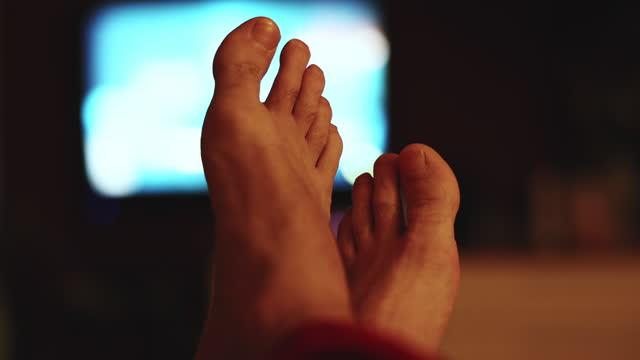 vídeos de stock, filmes e b-roll de relaxamento assistindo tv - dedo do pé humano