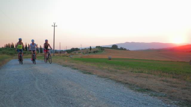 vídeos y material grabado en eventos de stock de relajado en bicicleta de noche - campo lugar deportivo