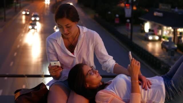 Entspannte Freunde in der Stadt