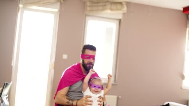 vídeos de stock, filmes e b-roll de parenting relaxado - super herói