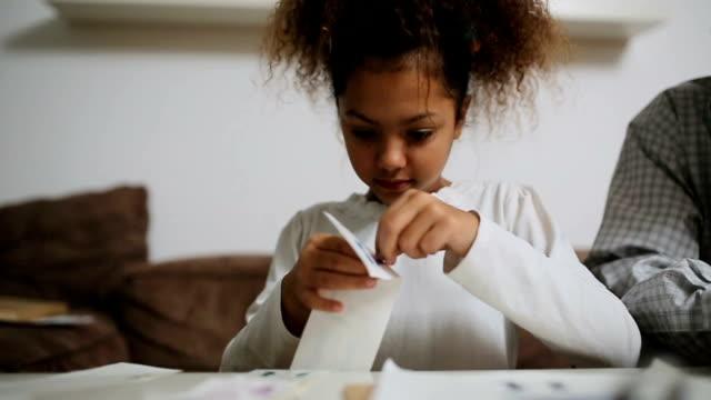 vídeos de stock, filmes e b-roll de parenting relaxado - etiqueta mensagem
