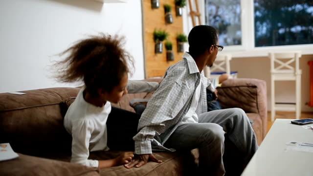 stockvideo's en b-roll-footage met ontspannen ouderschap - bank zitmeubels