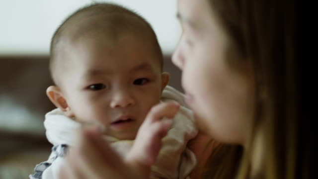 entspannte eltern - ein männliches baby allein stock-videos und b-roll-filmmaterial