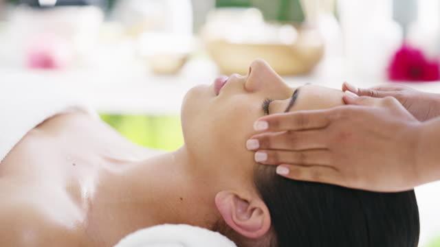 vidéos et rushes de se détendre après une journée de travail stressante - banc de massage