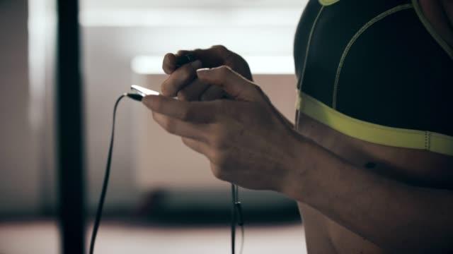 vídeos y material grabado en eventos de stock de relajación después del ejercicio - ropa de deporte