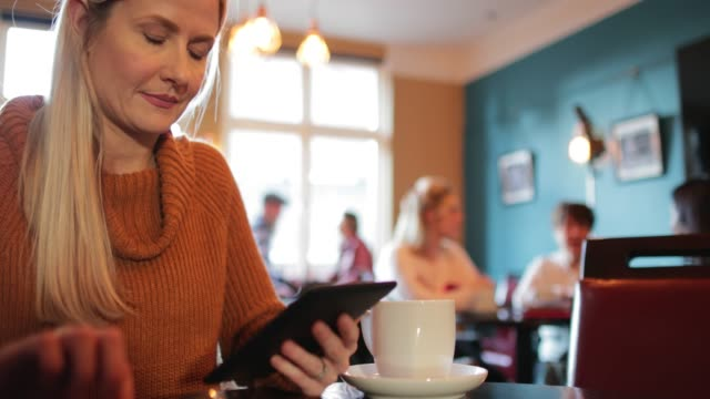 vídeos y material grabado en eventos de stock de relajarse y leer en un café - northumberland