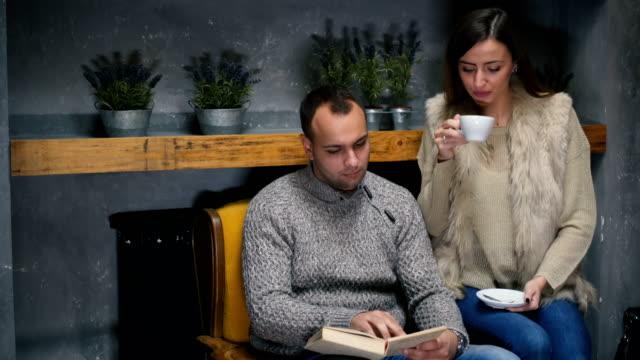 カフェでリラックス - くつろぐ点の映像素材/bロール