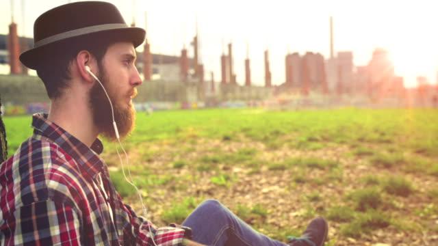 entspannung im park - ruhige szene stock-videos und b-roll-filmmaterial