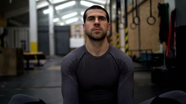 vídeos de stock e filmes b-roll de relaxing before exercise - one mature man only