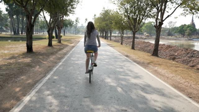 stockvideo's en b-roll-footage met ontspannen fietstocht - rug
