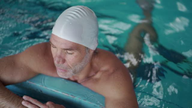 vídeos y material grabado en eventos de stock de relajarse junto a la piscina - gorro de baño