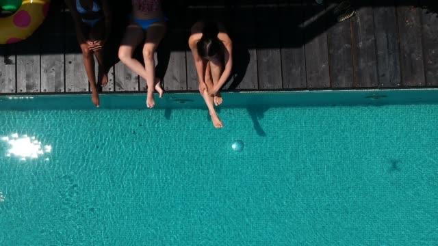 vídeos de stock, filmes e b-roll de relaxando à beira da piscina - lago infinito
