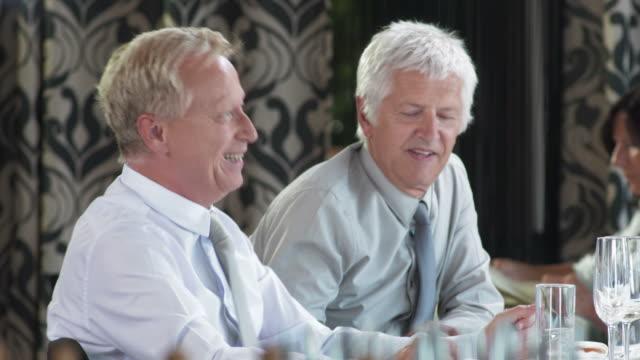 HD DOLLY: Entspannte Gespräche bei einem Business-Lunch