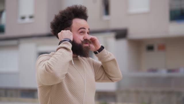 vídeos de stock e filmes b-roll de relaxing day, relaxing mood - masculinidade moderna