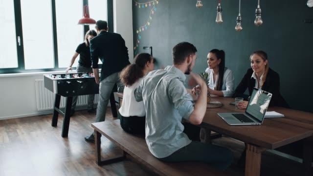 リラックスできる職場環境 - ロビー点の映像素材/bロール