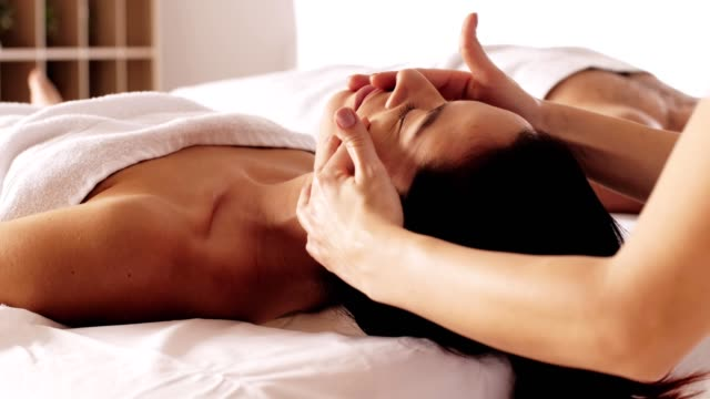 vidéos et rushes de massage facial relaxant - banc de massage