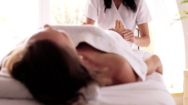 vidéos et rushes de massage relaxant des pieds - banc de massage