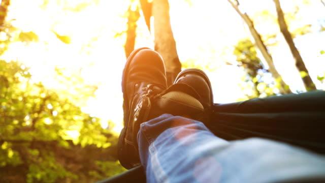 koppla av i en hängmatta under träden - hängmatta sol bildbanksvideor och videomaterial från bakom kulisserna
