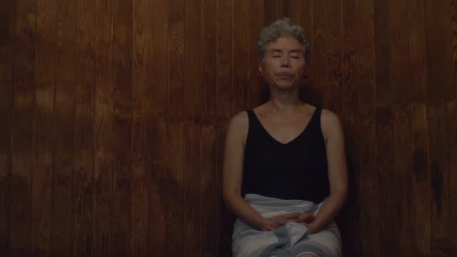 vídeos de stock e filmes b-roll de relaxing in a sauna - sauna