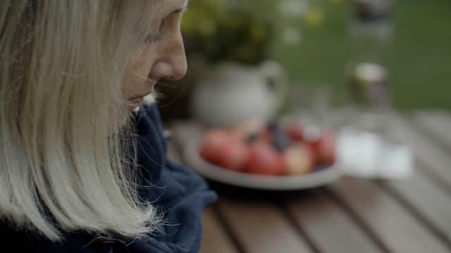 vídeos de stock e filmes b-roll de relaxing in nature - só uma mulher madura