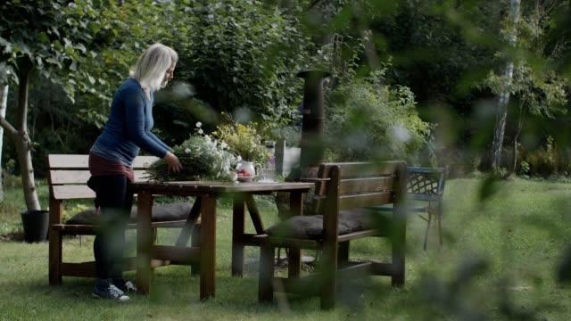 vidéos et rushes de relaxing in nature - femmes d'âge mûr