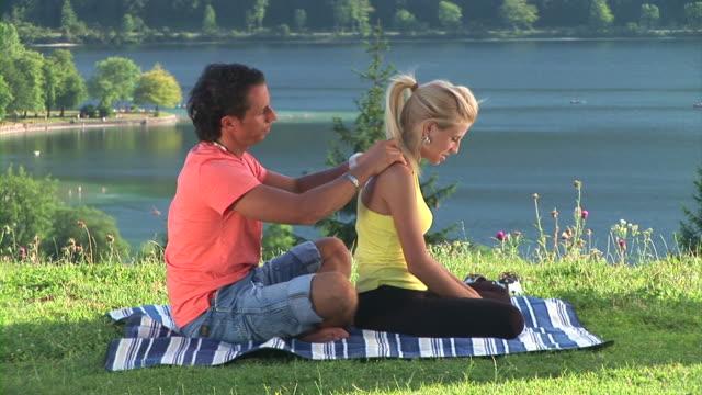 hd: rilassante nella natura - massaggiare video stock e b–roll
