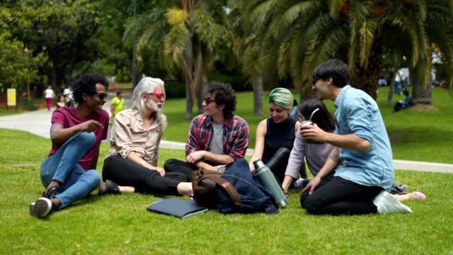 vídeos y material grabado en eventos de stock de relajarse en el parque después de la clase - hípster urbano
