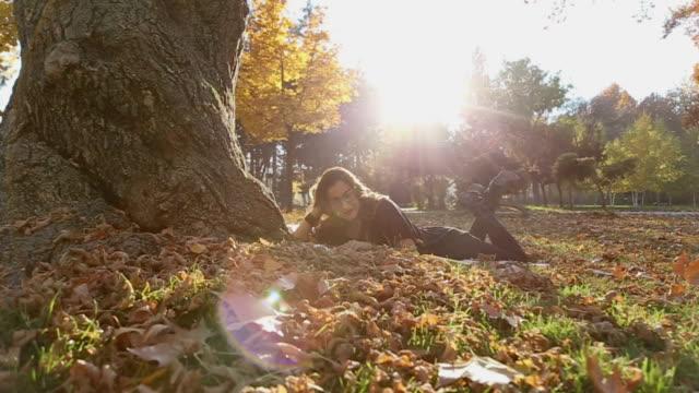 stockvideo's en b-roll-footage met ontspannen in het park - leesbril