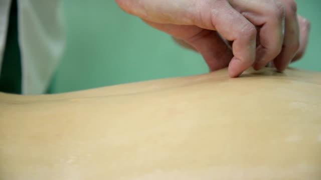 vídeos y material grabado en eventos de stock de relajantes masaje - espalda humana