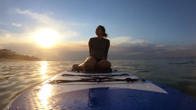 relaxing on a paddle board - pagaiare video stock e b–roll