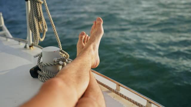 rilassarsi su una barca a vela - barca da diporto video stock e b–roll