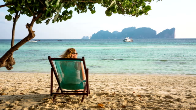 entspannen am strand - insel phi phi le stock-videos und b-roll-filmmaterial