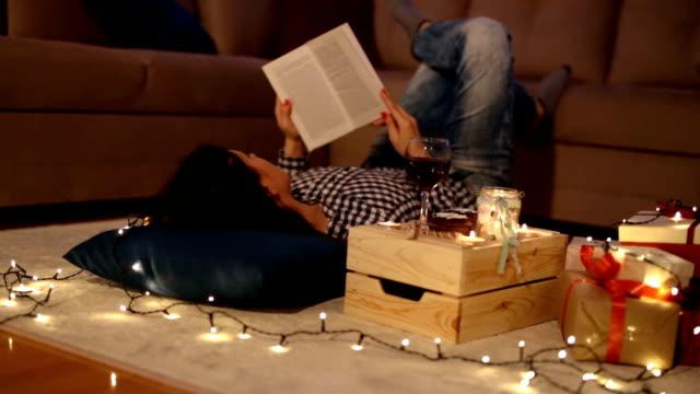 entspannung am heiligabend - weinglas stock-videos und b-roll-filmmaterial